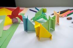 ` S de loup d'origami du ` s d'enfants et ` s d'oiseau de papier coloré Photographie stock