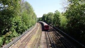 S8 de Ondergrondse trein van Voorraadlonden op de Metropolitaanse Lijn stock videobeelden