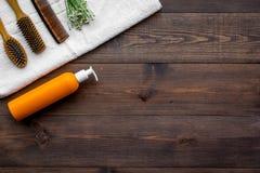 ` S de produit pour des soins capillaires quotidiens Peigne, shampooing, serviette sur le copyspace en bois foncé de vue supérieu Photos libres de droits