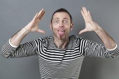 40s de riso equipam a atuação como um palhaço com linguagem corporal do divertimento Fotos de Stock Royalty Free