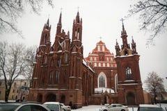 ` S de St Anne e de ` s de Bernadine igrejas na arquitetura bonita de Vilnius Lituânia dos Estados Bálticos no inverno durante o  Imagens de Stock Royalty Free