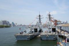 S de torpedojagers USS Bainbridge en USS Farragut van het Marinegeleide projectiel dokten in de Cruiseterminal van Brooklyn tijde Stock Foto