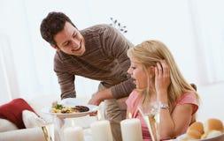 ` S de Valentine : L'homme étonne l'amie avec le dîner Photo libre de droits