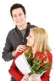 ` S de Valentine : L'homme se tient derrière l'amie Photo libre de droits
