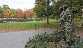 ` S de Viet Nam Soldier y Washington DC conmemorativo de la pared Imagen de archivo libre de regalías