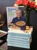 ` S de Wolfgang Puck que cozinha o livro na exposição no restaurante cortado no Lower Manhattan foto de stock