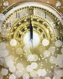` S del Año Nuevo en el tiempo de medianoche, cuenta descendiente de lujo del reloj del oro a nuevo Imagen de archivo