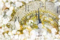 ` S del Año Nuevo en el tiempo de medianoche, cuenta descendiente de lujo del reloj del oro a nuevo Fotos de archivo