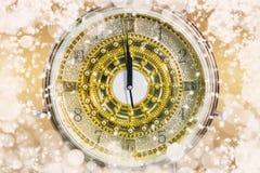 ` S del Año Nuevo en el tiempo de medianoche, cuenta descendiente de lujo del reloj del oro a nuevo Imagenes de archivo