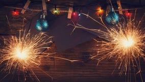 ` S del Año Nuevo, fondo de la Navidad con las bengalas de la Navidad y los juguetes del árbol de navidad Copie el espacio Tarjet Imagen de archivo libre de regalías