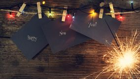 ` S del Año Nuevo, fondo de la Navidad con las bengalas de la Navidad y los juguetes del árbol de navidad Copie el espacio Tarjet Fotografía de archivo libre de regalías