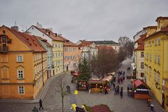 ` S del Año Nuevo justo con un árbol de navidad hermoso, adornado en el área entre las casas en Praga Imagenes de archivo