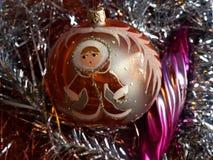 ` S del Año Nuevo y la Navidad Esfera y carámbano de cristal El interior del Año Nuevo Foto de archivo