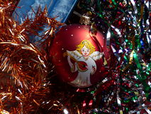 ` S del Año Nuevo y la Navidad Esfera y vela de cristal de la Navidad El interior del Año Nuevo Imagen de archivo