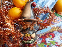 ` S del Año Nuevo y la Navidad Gnomo, mandarina y vela de la Navidad El interior del Año Nuevo Imagen de archivo libre de regalías