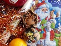 ` S del Año Nuevo y la Navidad Gnomo, mandarina y vela de la Navidad El interior del Año Nuevo Imagen de archivo