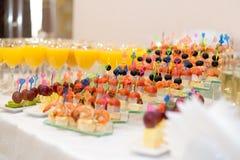 ½ s del ¿ del canapï dell'aperitivo sulla tavola di buffet Fotografie Stock