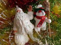 ` S del nuovo anno e Natale Santa Claus ed il pupazzo di neve allegro L'interno del nuovo anno Immagine Stock Libera da Diritti