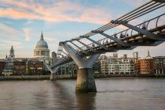 ` S del ponte e di St Paul di millennio immagini stock