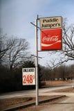 ` S del puente de charco y muestra de Coca-Cola imágenes de archivo libres de regalías