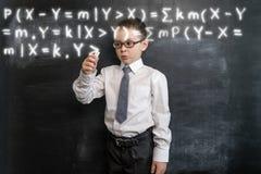 ` S del ragazzino che scrive una formula lunga del ` s di per la matematica Di nuovo al concetto del banco Realtà aumentata Ragaz Fotografia Stock Libera da Diritti