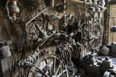 ` S dell'attrezzista o officina del ` s dell'artigiano del metallo con il contenitore di rame o i vasi d'annata immagini stock libere da diritti