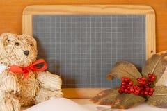 ` S dell'insegnante o carta di giorno di conoscenza con un orsacchiotto, le bacche di autunno e una lavagna Fotografie Stock Libere da Diritti