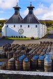 ` S della distilleria del whiskey di Ardbeg stabilito nel 1815, Islay, Scozia fotografia stock libera da diritti