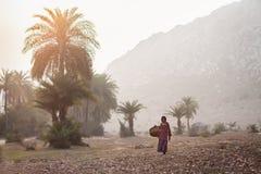 ` S della donna con un canestro per il trasporto di pietra schiacciato Fotografie Stock Libere da Diritti
