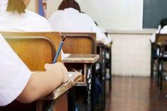 ` S dello studente della scuola che prende esame fotografie stock
