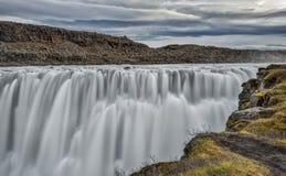 ` S Dettifoss de Islandia que ruge en un día nublado Imagen de archivo