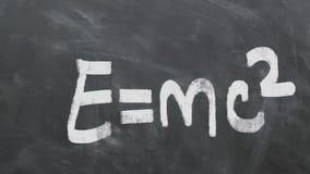 ` S di Albert Einstein la maggior parte della equazione famosa E=MC2 sulla lavagna 1080p 60fps stock footage