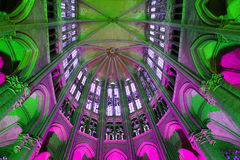 ` S di colore nella cattedrale di Beauvais fotografie stock