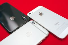 ` S di iPhone di Apple dell'albero su fondo rosso Immagini Stock Libere da Diritti