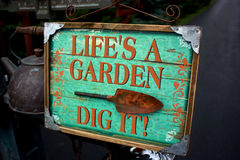 ` S di vita un giardino Dig It Sign Fotografie Stock