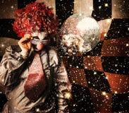 70s DJ clown girando uma plataforma giratória do clube noturno Fotos de Stock