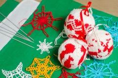 ` S do ano novo e bolas de confecção de malhas feitos a mão do Natal para a decoração Fotos de Stock Royalty Free