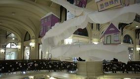 ` S do ano novo e decorações do Natal nas alamedas, na parte central Teto do cair das decorações filme