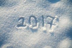 ` S do ano novo e fundo do Natal da neve texto na neve 2017 Imagem de Stock