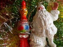 ` S do ano novo e Natal Santa Claus e o símbolo de 2017 - o galo impetuoso vermelho O interior do ano novo Fotos de Stock Royalty Free