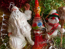 ` S do ano novo e Natal Santa Claus, o boneco de neve alegre e o símbolo de 2017 - o galo impetuoso vermelho O interior Fotografia de Stock