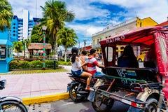 ` S do táxi do triciclo de Tuktuk e motocicleta no quadrado central de Iquitos, 2018 fotografia de stock royalty free