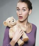 20s dziewczyna trzyma kochającego comforter zaskakujący widzieć Obrazy Stock
