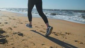 20s dziewczyny bieg na piasku na plaży przy zmierzchem Jogging outdoors zdjęcie wideo