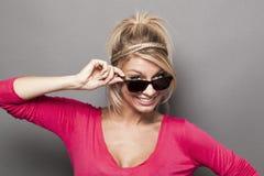 20s dziewczyny kładzenia atrakcyjny puszek ona dymił szkła z dużym uśmiechem Zdjęcia Stock