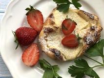 S??e Quarktasche mit den s??en, frischen Erdbeeren auf h?lzernem Hintergrund stockfotografie