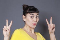 20s emozionante castana esprimendo il suo successo con umiltà Immagine Stock