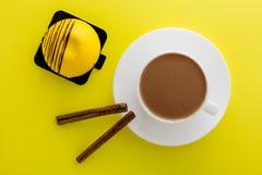 S??er Kuchen der Mango Wei?es Cup hei?er Kaffee stockbilder