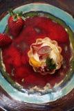 S??er Nachtisch Frucht minincream mit Sahne Ein Kuchen mit Sahne und Frucht stockfoto
