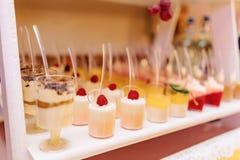 S??es festliches Buffet, Frucht, Kappen, Makkaroni und viele Bonbons lizenzfreie stockfotografie
